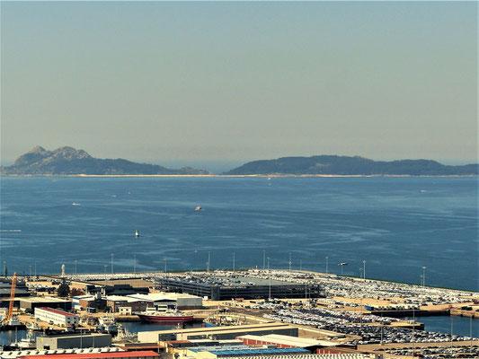 ....und Autos zum Verschiffen bereitstehen. Im Hintergrund die Islas Cíes, die wir morgen besuchen werden.