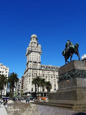 Wahrzeichen von Montevideo - Palacio Salvo und Statue General Artigas