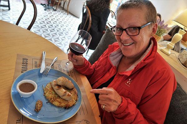 Schweizerisch-peruanische Bratwurst mit Rösti im Restaurant Club Suizo