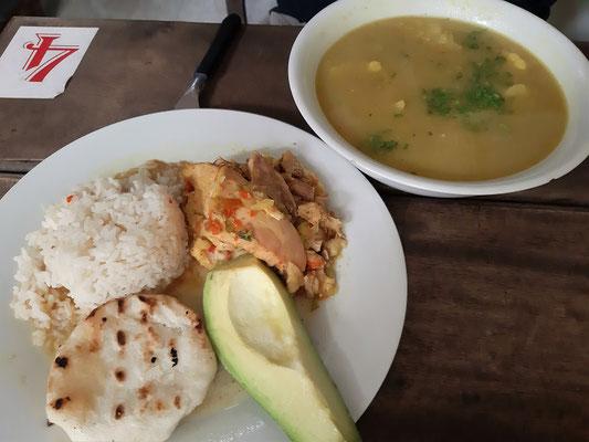 Sancocho de Gallina - Hühnersuppe mit Kochbananen, Maniok, Koriander, Zwiebeln, Kartoffeln und Mais. Oft wird das Hühnchen auch neben der Suppe auf dem Teller serviert, alles andere schwimmt in der Suppe.