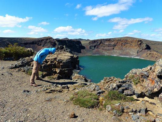 Der starke Wind bläst uns fast vom Kraterrand