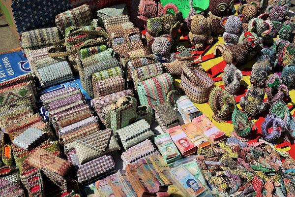 Verschiedene Origami-Artikel aus jetzt wertlosem venezolanischem Geld