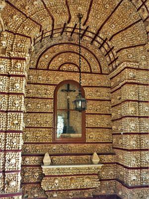 Die Knochenkapelle im Convento e Igreja do Carmo....