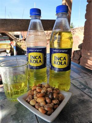 Chulpí/Snack - geröstetes Getreide und Inca Kola - Schmeckt nach Bergamotte (ist auch in Bolivien sehr beliebt)
