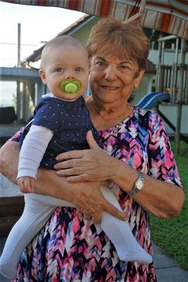 Die jüngste und die älteste Festbesucherin - Zoe (unsere Enkelin) und Carmen aus Panamá
