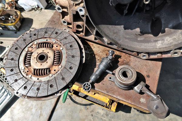Da das Getriebe schon mal draussen ist - Kupplungsscheibe und Hydraulik-Pumpe werden auch ersetzt