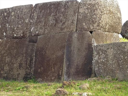 Millimeter genaue Arbeit für die Plattformen der Moai