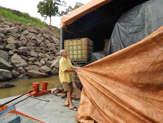 Röbä hilft der Crew beim Zudecken der Fracht