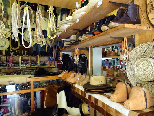 Am Kunsthandwerkermarkt kann man sich - mit allem was ein Gaucho braucht - eindecken.....