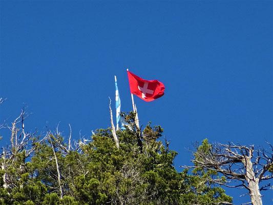 Über dem Dorf weht die Schweizerfahne