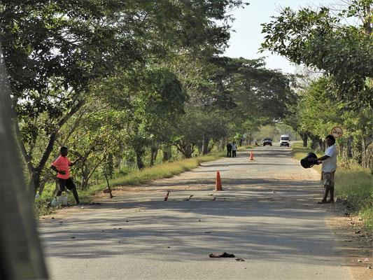Strassenbettler spannen einen Draht über die Strasse - anhalten oder Gas geben??!!