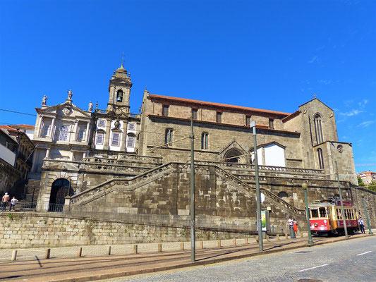 Igreja de São Francisco 14. Jh. - Blickfang der Kirche ist der mit mehr als 200 kg Gold verzierte Innenraum....