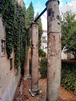 Überreste eines alten römischen Tempels - drei 15 m hohe Säulen