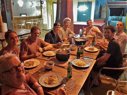 Gemeinsames Nachtessen mit Nico, seinen Helfern und Gästen