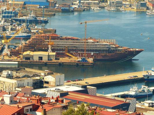 ....haben wir einen guten Ausblick auf den Hafen, wo Schiffe gebaut werden....