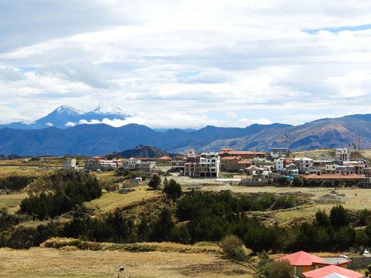 Quilotoa mit den Vulkanen Illiniza Norte und Illiniza Sur im Hintergrund