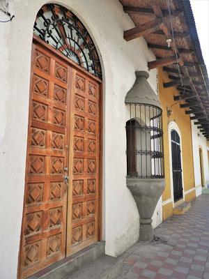 Typische Erker, reichverziehrte Türen....