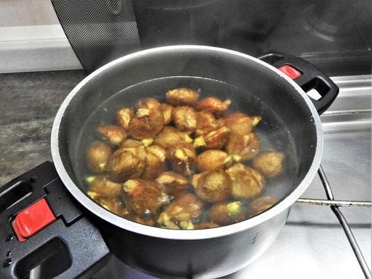 ....Anschliessend werden die Kastanien in Salzwasser ca. 20 Min. weich gekocht....