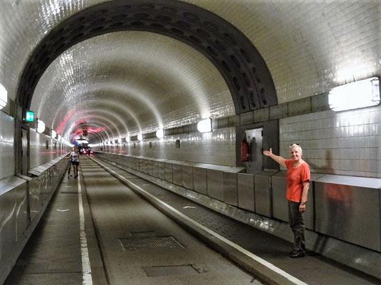 24 Meter unter dem Wasser - 426 Meter lang - auch Autos sind erlaubt
