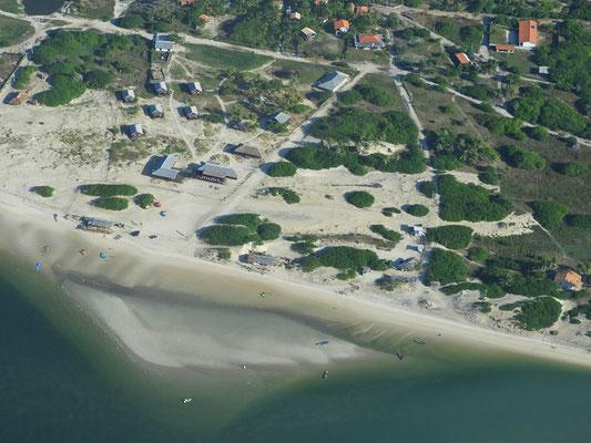 Atins mit unserer Strandbar im Vordergrund
