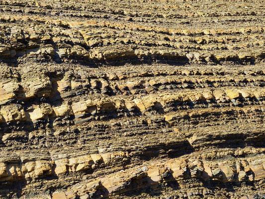 Die Felsen bestehen aus gepresstem Sand und....