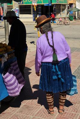 Cholita - mit typischem weitem Rock, Wollstrümpfen, langen Zöpfen und Melone