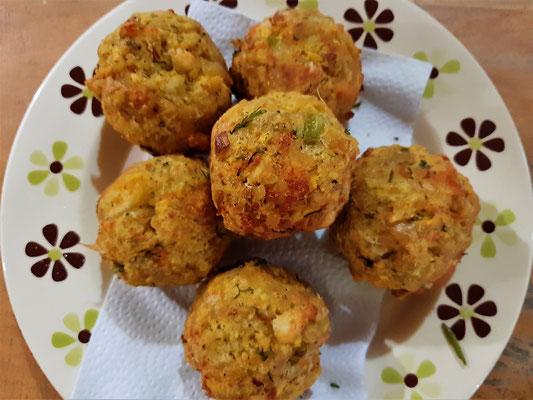 Bolones - pürierte grüne Kochbananen mit Zwiebeln und Käse – mit oder ohne  Fleisch – werden zu Kugeln geformt und frittiert.