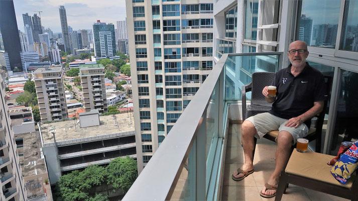 ....Apéro auf unserer Terrasse im 19. Stock