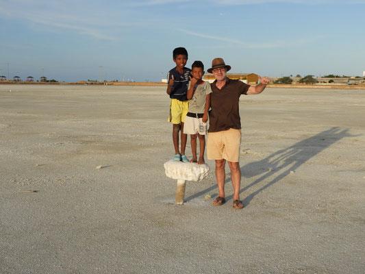 Beim Verdunsten des Wassers bleiben solche Salzplatten an den Pfählen hängen