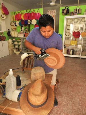 Amado gibt Röbäs Hut den letzten Schliff