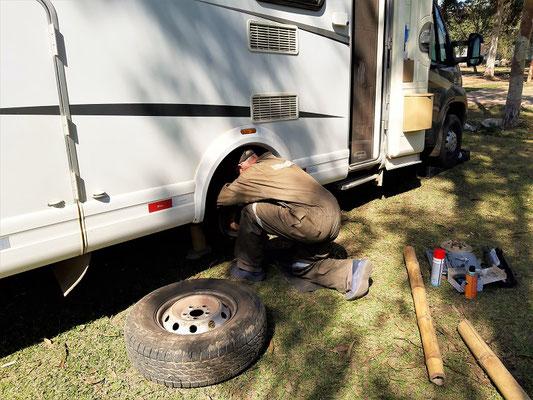 Auf dem Camping in Lunahuaná wechselt Röbä die total abgelaufenen Bremsklötze hinten rechts....