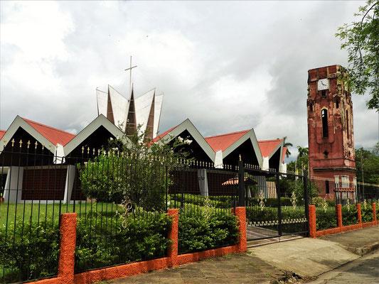Turm der alten Kirche mit modernem Neubau