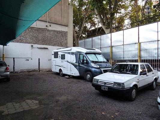 Wir übernachten im Zentrum von Mendoza auf einem bewachten Parkplatz