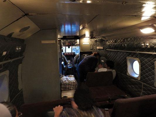 Platz nehmen im engen Flugzeug....
