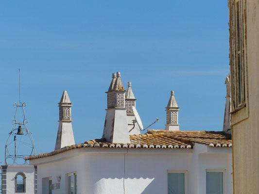 Typische maurische Kamine in der Algarve