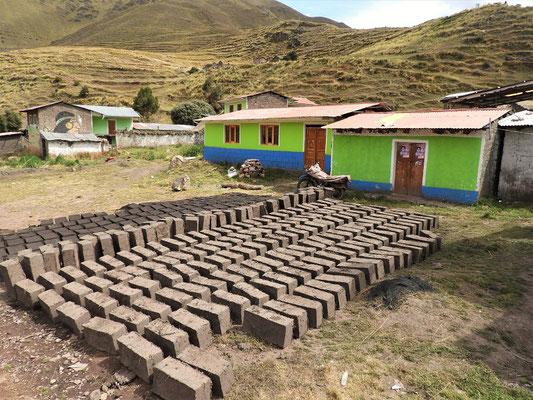 Lehmziegel zum Trocknen für den Hausbau