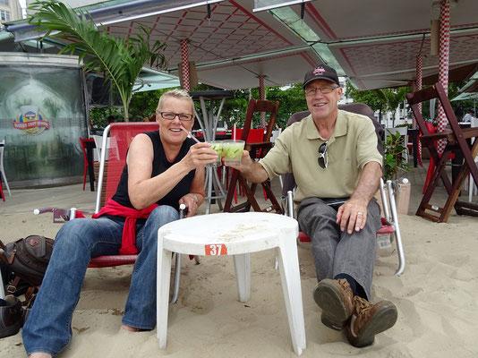 Wir geniessen einen Caipirinha an der Copacabana