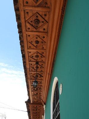 ....und Dachverkleidungen schmücken die Kolonialhäuser