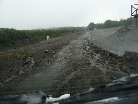 Die Strasse ist an vielen Stellen vom Regen überschwemmt