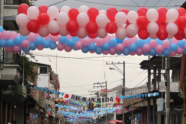 Die Strassen der Stadt sind voller Ballone