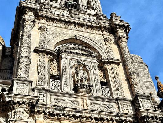 Die reich verzierte Fassade der Iglesia de San Miguel