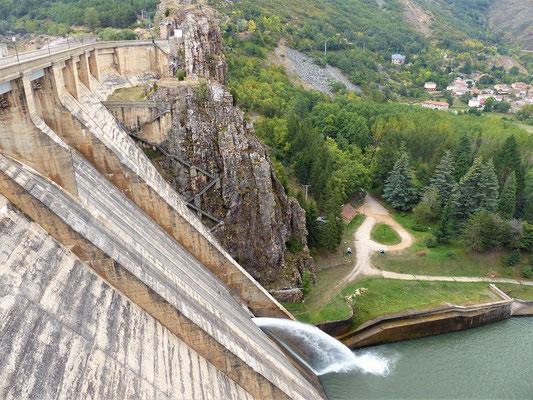 ....die 80 m hohe Staumauer....