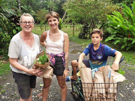 Elena verkauft mit ihren Schülern selber angepflanzte Salate und Kräuter