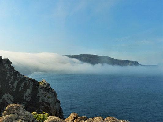 Nebelschaden fliessen über die Küste Nordspaniens