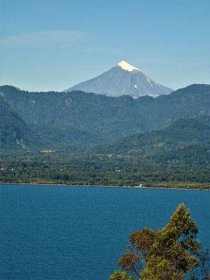 Auf der anderen Seite des Sees der Vulkan Quetrupillan