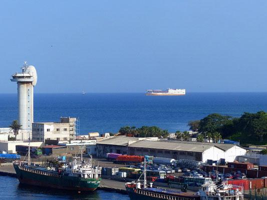 Wir verlassen Dakar - das nächste Containerschiff der Grimaldi Line wartet schon
