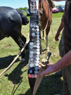 Der Gurt wird mit alten Silbermünzen dekoriert