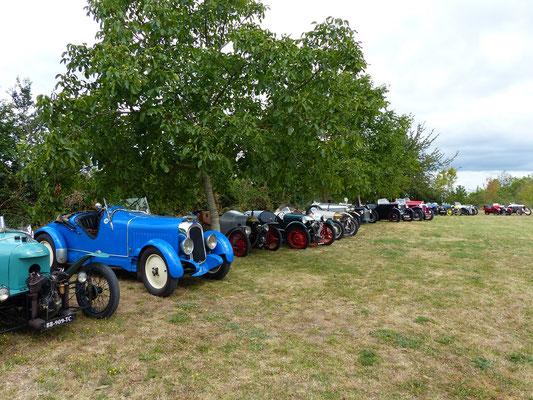....wo sich eine Gruppe mit alten 3- und 4-rädrigen Autos eingefunden hat