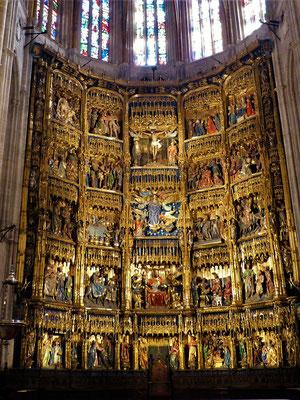 Auf dem Hauptaltar werden in 23 Bildern Ausschnitte aus dem Leben von Jesus und seiner Mutter Maria dargestellt
