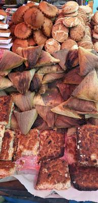 Humintas - einMaisteig (aus weissem Mais) mit Käse und Anis, in Pflanzenblätter eingehüllt und im Ofen oder auf dem Feuer gebacken. Wird warm gegessen und schmeckt sehr gut.